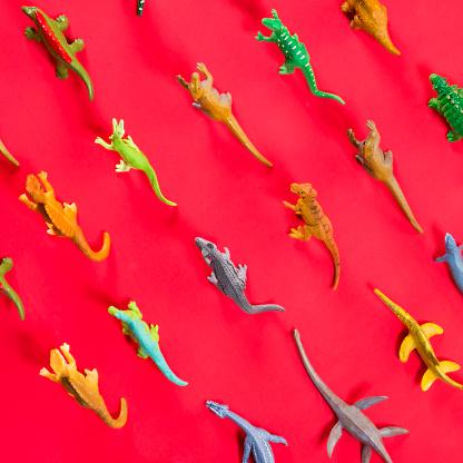 キッチュ「Fun Knolling Layout of Plastic Dinosaurs On Bright Paper」:スマホ壁紙(6)