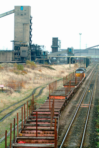 The numerous steelworks of Tees-side provide much traffic for the railways requiring many movements of empty wagons to / from the various sidings in the area typified by the Class 56 locomotive curving through South Bank with empty wagons returning to La:ニュース(壁紙.com)