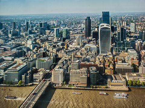 London Bridge - England「The City of London, River Thames and London Bridge, on a clear sunny evening.」:スマホ壁紙(13)