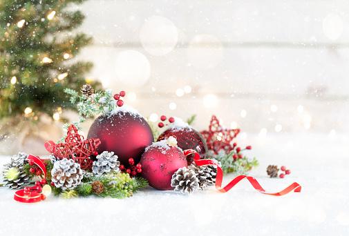 December「Christmas Baubles on a White Wood Background」:スマホ壁紙(4)