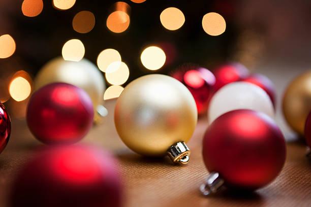 Christmas baubles on table.:スマホ壁紙(壁紙.com)