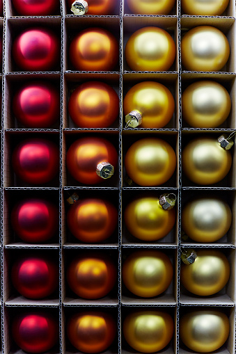 Close To「Christmas baubles in a cardboard box」:スマホ壁紙(9)