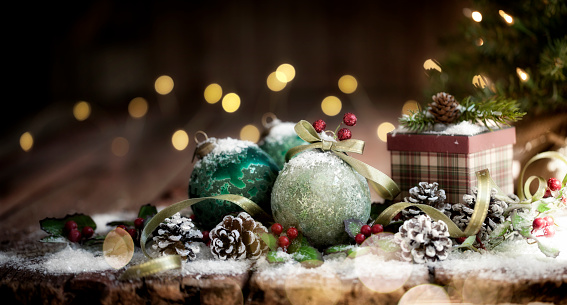 Pine Cone「Christmas Baubles Old Wood Background」:スマホ壁紙(2)