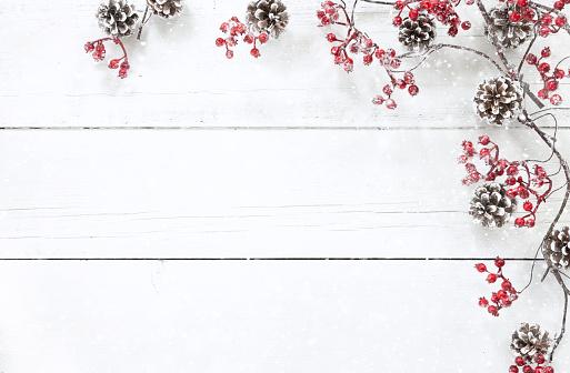 枝「古い白い木の背景にクリスマスベリーガーランドの境界線」:スマホ壁紙(5)