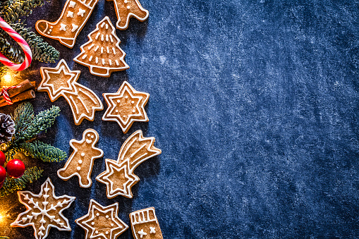 Gingerbread Cookie「Christmas backgrounds: homemade gingerbread cookies border with copy space.」:スマホ壁紙(9)