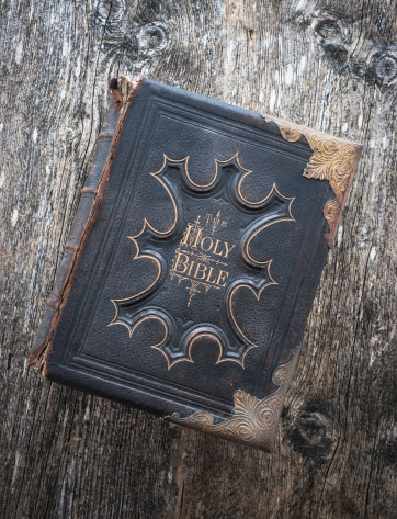 Praying「Old family bible with copper edging on wood background」:スマホ壁紙(1)