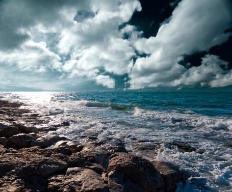 波「暗い嵐の海」:スマホ壁紙(16)