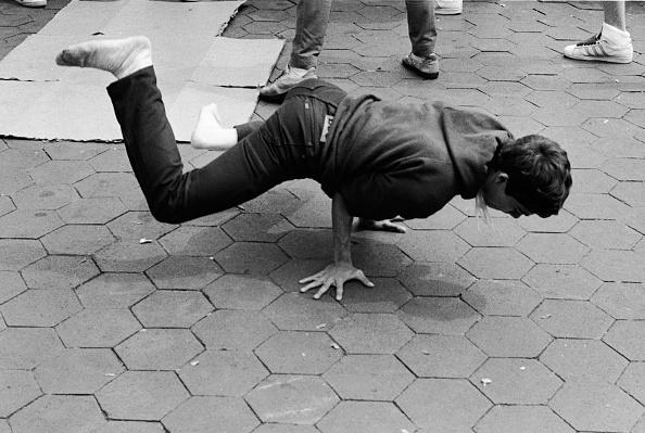 Breakdancing「Breakdancing In Washington Square Park」:写真・画像(4)[壁紙.com]