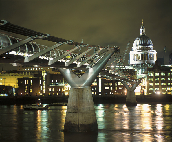2002「Millennium Bridge and St Pauls Cathedral at night. London, United Kingdom. Bridge designed by Norman Foster and Partners.」:写真・画像(1)[壁紙.com]