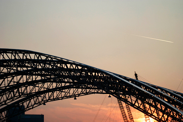 Dawn「Millennium dome roof structure silhouetted by a sunset」:写真・画像(17)[壁紙.com]
