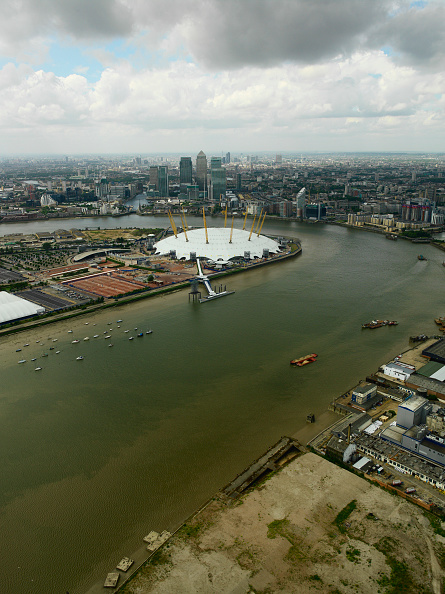 Horizon「Millennium Dome on the Greenwich Peninsula and Canary Wharf, London Docklands, UK Derelict land In the foreground by the river Thames」:写真・画像(13)[壁紙.com]