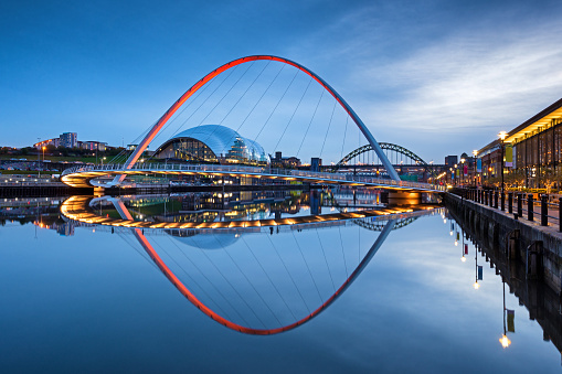 Newcastle-upon-Tyne「Millennium Bridge and Tyne Bridge at dusk on the River Tyne, Newcastle Upon Tyne, England, UK」:スマホ壁紙(15)