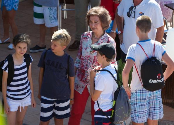 Queen Sofia of Spain「Spanish Royals At The Calanova Sailing School in Mallorca」:写真・画像(19)[壁紙.com]