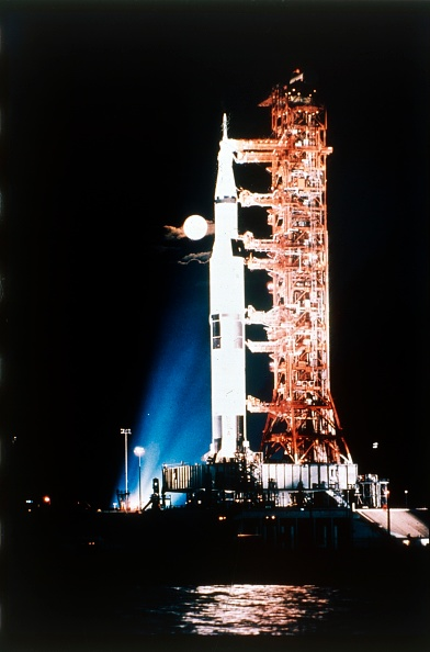 Space and Astronomy「Apollo 9 Saturn V Rocket With Full Moon」:写真・画像(6)[壁紙.com]