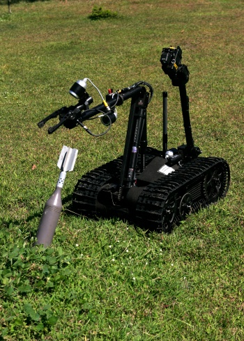 Claw「Republic of the Philippines The Talon bomb disposal robot picks up an inert unexploded mortar round at Clark Air Base October 23.」:スマホ壁紙(19)