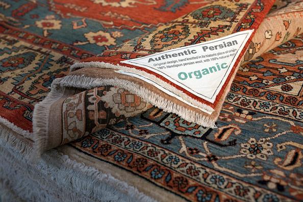 Rug「Oriental Rug Specialist Displays Hand Knotted Carpets」:写真・画像(16)[壁紙.com]