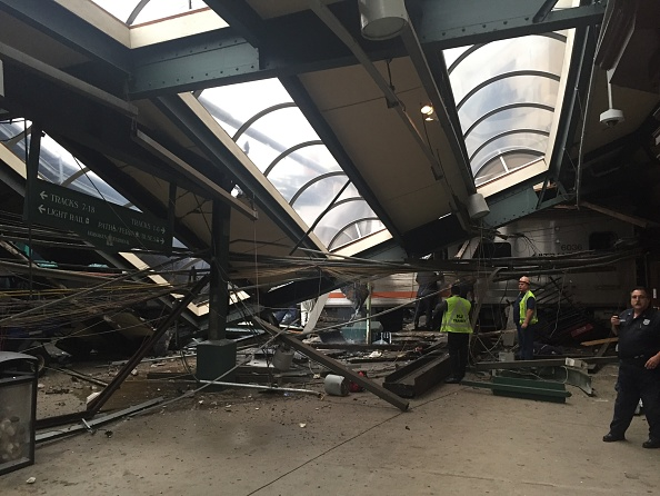 鉄道・列車「New Jersey Transit Commuter Train Crashes At Hoboken Terminal」:写真・画像(14)[壁紙.com]