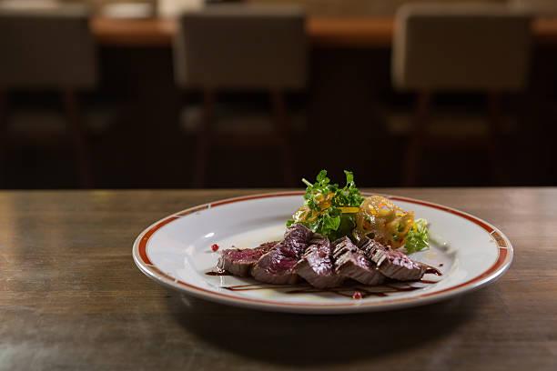 Steak dinner on a restaurant table:スマホ壁紙(壁紙.com)