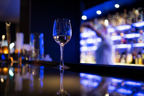 Clubbing「Glass of white wine on bar counter」:スマホ壁紙(2)