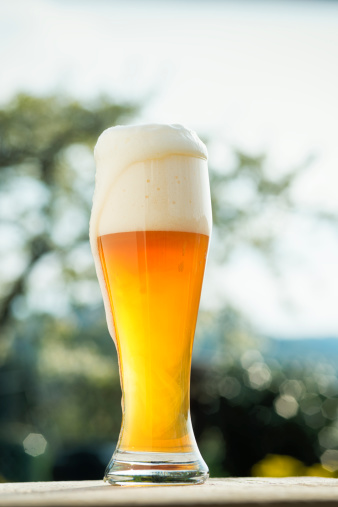 Full「Glass of wheat beer in a Biergarden Weizenbier Hefeweizen」:スマホ壁紙(1)
