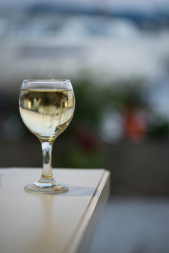 Liquor「Glass of white wine on a table」:スマホ壁紙(14)