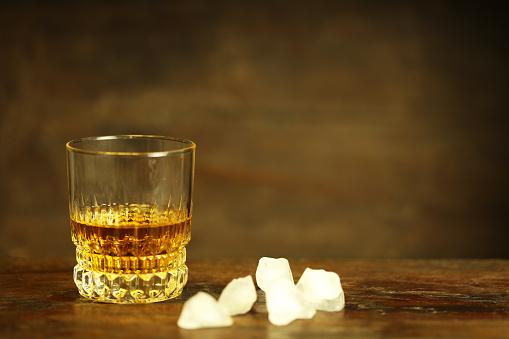 ウィスキー「ウイスキーと氷のグラス」:スマホ壁紙(19)