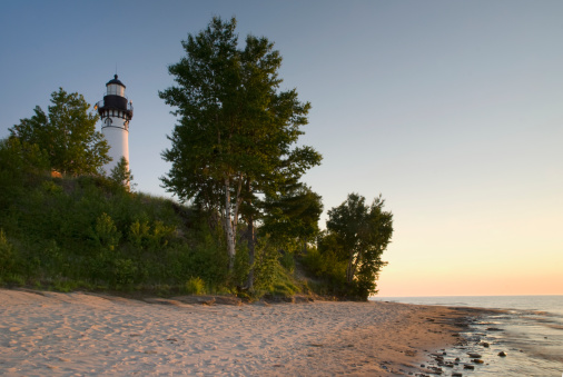 Great Lakes「Lighthouse At Sunset Seen From The Beach」:スマホ壁紙(4)