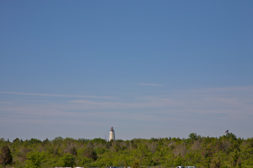 澄んだ空「Lighthouse peeking above tree line under blue sky」:スマホ壁紙(15)