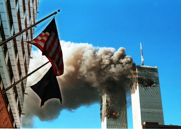Pouring「Smoke Pours From The World Trade Center After Being Hit By Two Planes September 11 2001」:写真・画像(9)[壁紙.com]