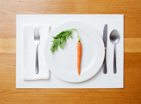 Carrot「Single carrot on plate」:スマホ壁紙(10)