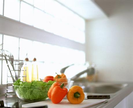 スイセン「Bell peppers and lettuce on kitchen counter」:スマホ壁紙(16)