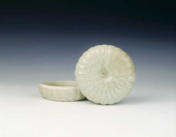 Chrysanthemum「Qingbai chrysanthemum-shaped box, Southern Song dynasty, China, 13th century.」:写真・画像(6)[壁紙.com]