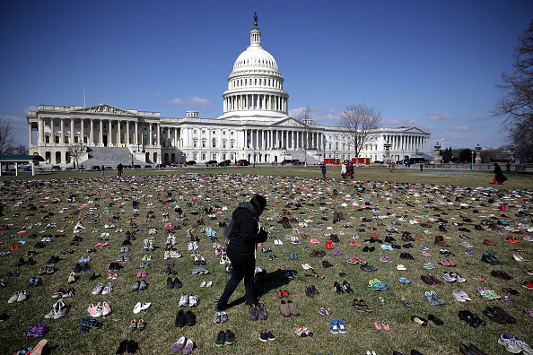 屋外「Activists Display Thousands Of Shoes At U.S. Capitol Symbolizing Gun Violence Against Children」:写真・画像(7)[壁紙.com]