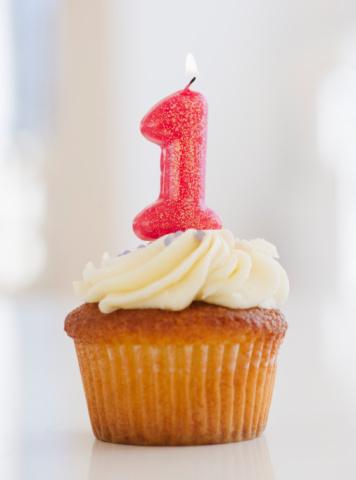 Cupcake「Lit candle on cupcake for first birthday celebration」:スマホ壁紙(16)