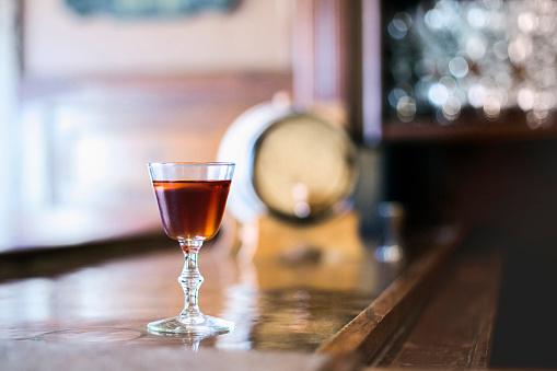 ウィスキー「Cocktail glass on bar counter」:スマホ壁紙(8)