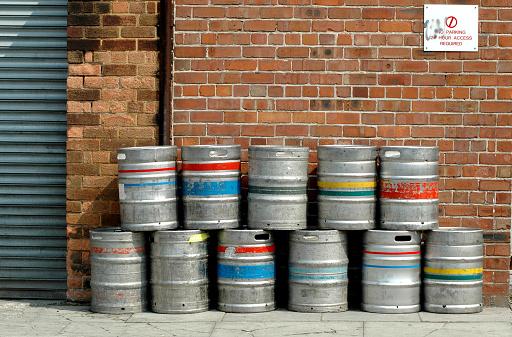 English Culture「Colored beer barrel outside a pub」:スマホ壁紙(4)