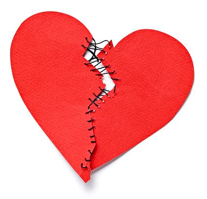 ハート「Broken heart tied up with thread」:スマホ壁紙(1)
