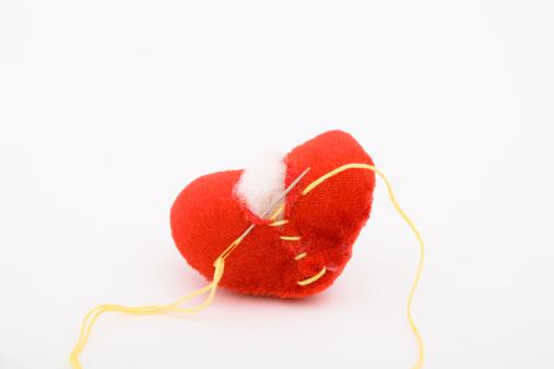 ハート「A broken heart being repaired」:スマホ壁紙(12)