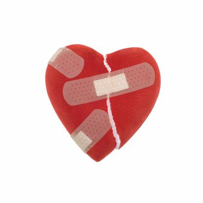 ハート「Broken heart with band aids, studio shot」:スマホ壁紙(15)