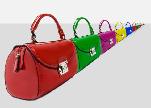 豊富「A long line of different coloured handbags.」:スマホ壁紙(0)