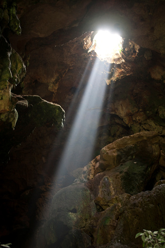 Hole「A ray of sun light enters the Calcehtok Mayan caves near Oxkintok in Yucatan Peninsula, Mexico. These caves are where for the ancient Mayans an entrance to Xibalba, the underworld.」:スマホ壁紙(12)