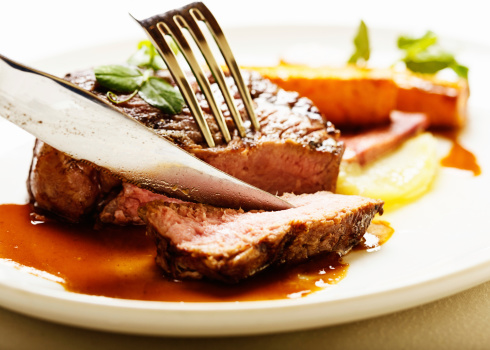 Silverware「Knife and fork slicing into juicy grilled fillet steak」:スマホ壁紙(17)