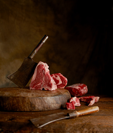 T-bone Steak「Raw meat in a rustic and moody environment」:スマホ壁紙(13)