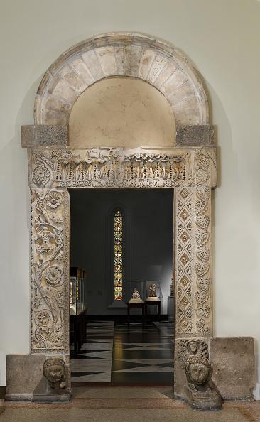 Costume Jewelry「Doorway From The Church Of San Nicol�」:写真・画像(6)[壁紙.com]