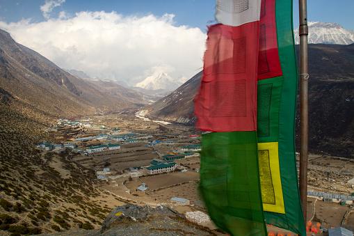 Khumbu「Prayer Flags over Dingboche Village」:スマホ壁紙(8)