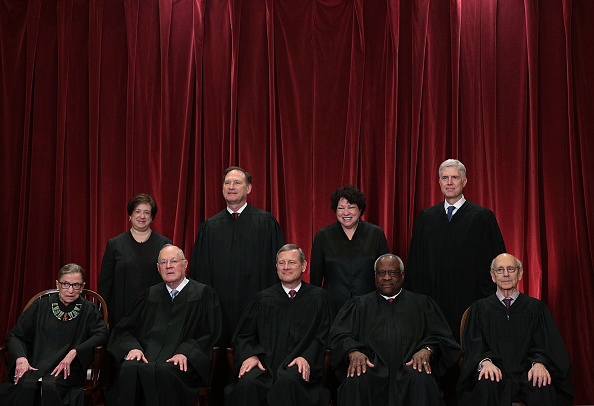 In A Row「U.S. Supreme Court Justices Pose For Formal Portrait」:写真・画像(10)[壁紙.com]