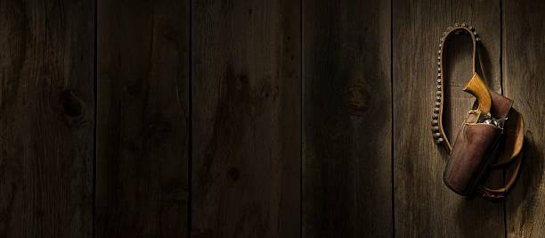 Western revolver hanging on barn wood wall:スマホ壁紙(壁紙.com)