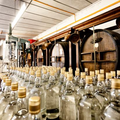 Whiskey「ボトル入りのウォッカやウイスキーバレル」:スマホ壁紙(2)
