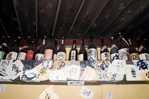 日本酒「ボトルの棚にはお酒には、バー」:スマホ壁紙(8)