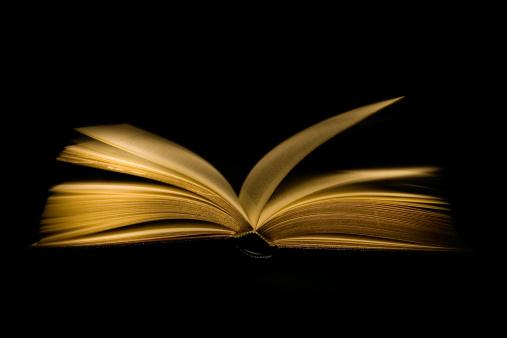 魔術師「オープンブックに黒色の背景」:スマホ壁紙(3)